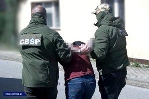 policjanci CBŚP, zatrzymany i odkryte substancje