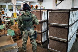 policjant CBŚP i papierosy