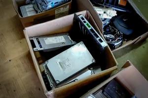Komputery samochodowe leżące w kartonach.