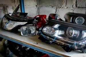 Reflektory pojazdów leżące na półce.
