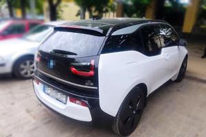 Zabezpieczony samochód w kolorze białym i czarnym.
