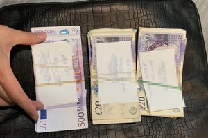 Pliki banknotów o nominale 500 EUR oraz 20 funtów brytyjskich.